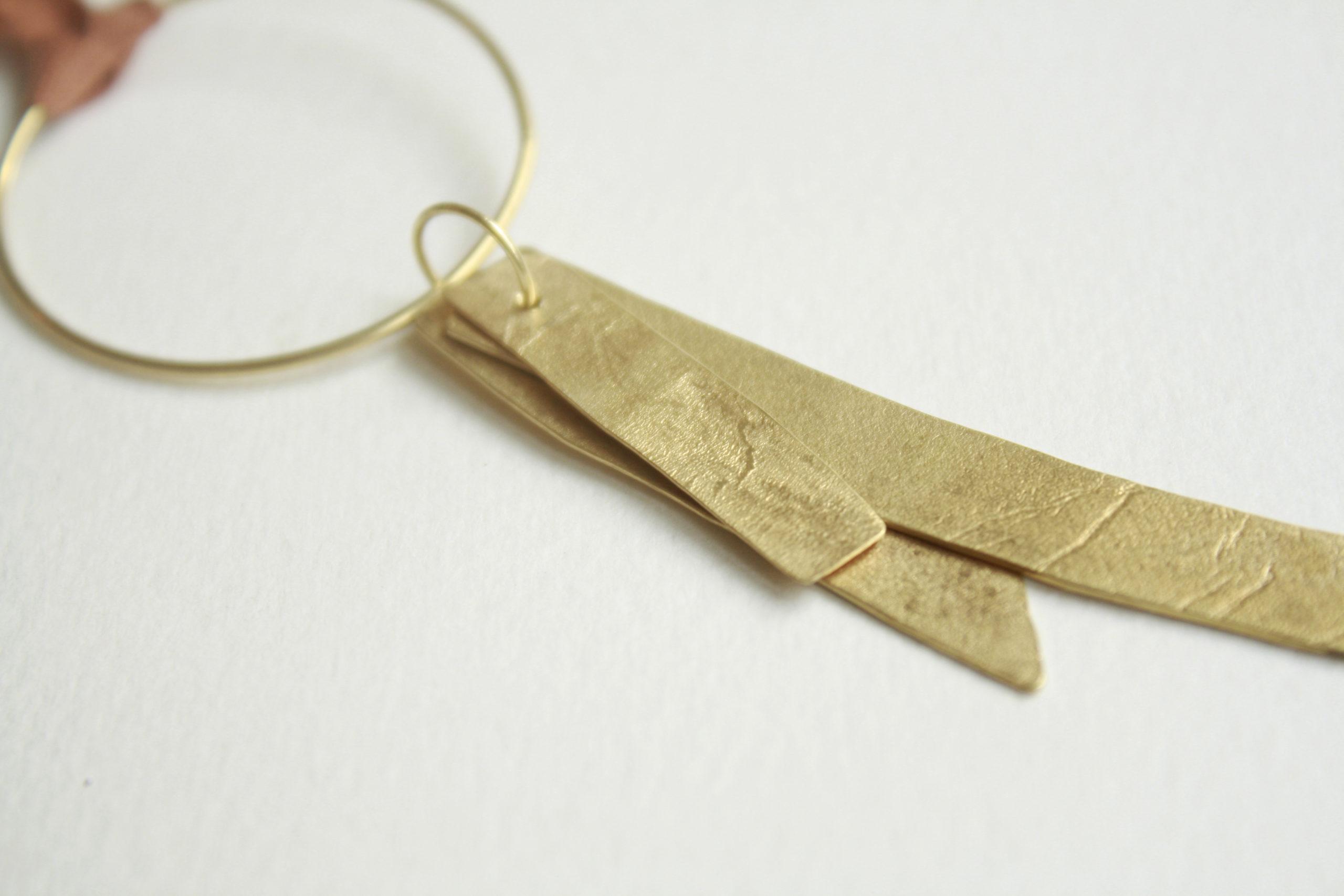 Colgante de plata dorado con cordón terracota
