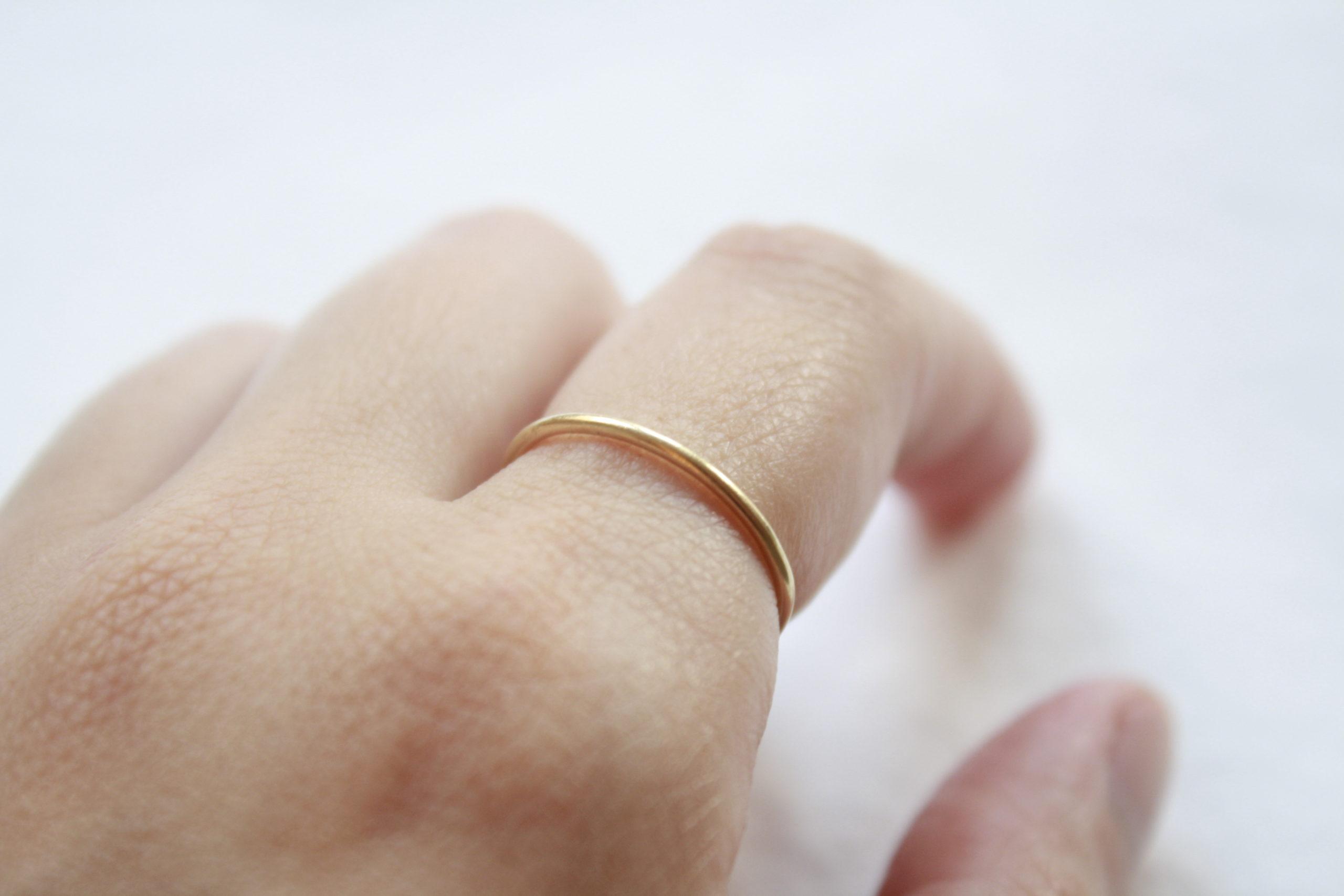 Anillo simple y elegante fino de oro 18k