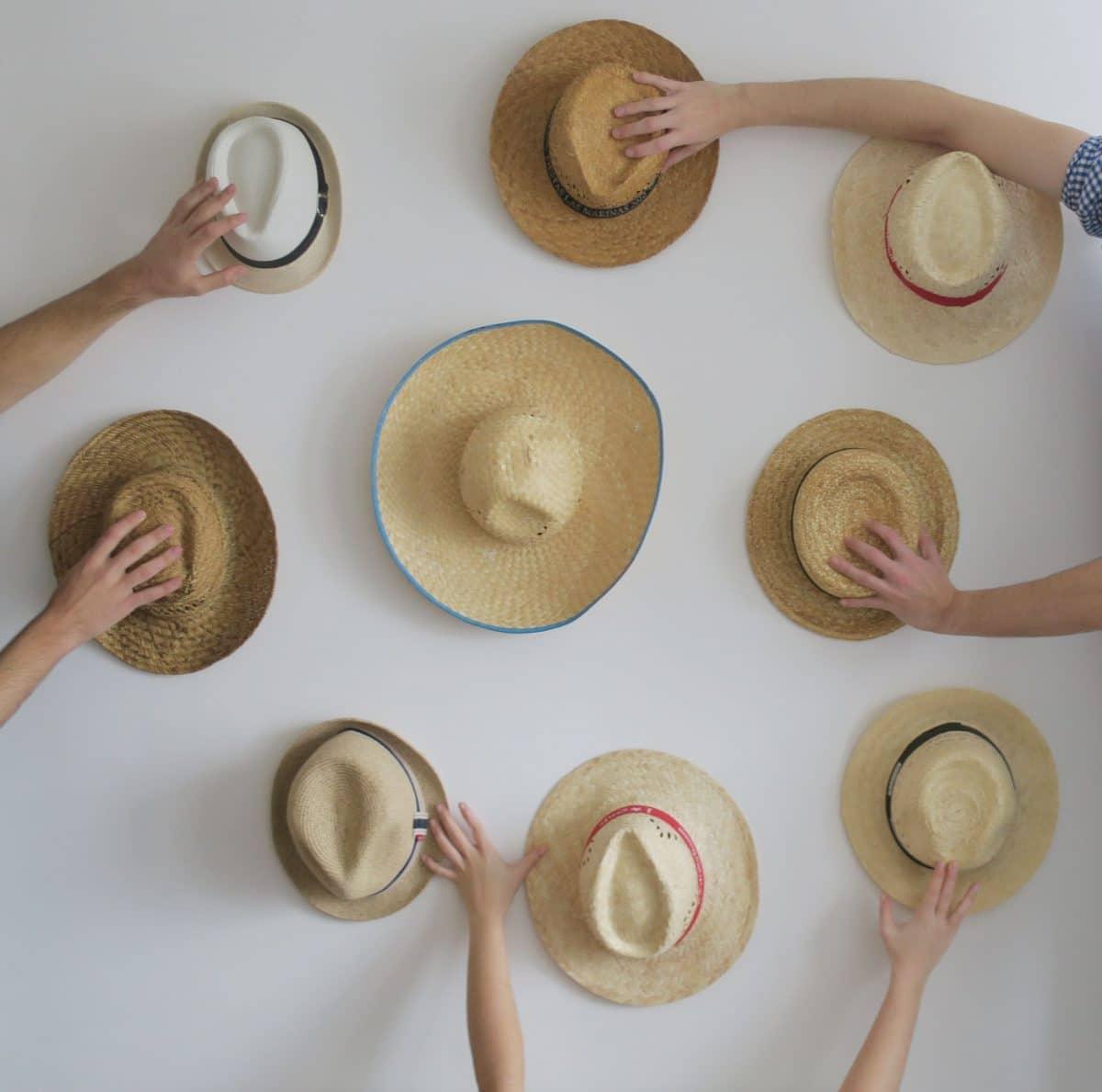 Decorar con sombreros en la pared