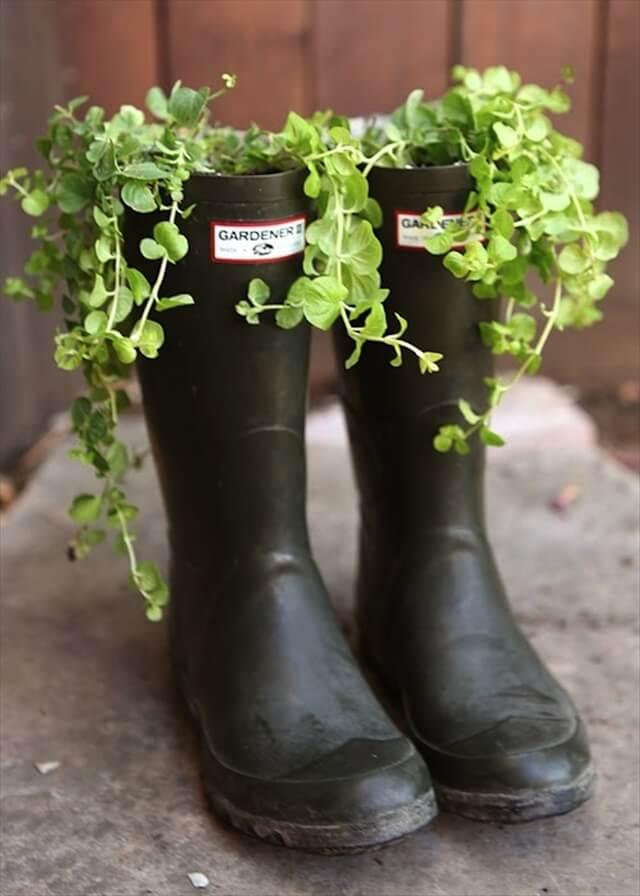 maceta con botas recicladas