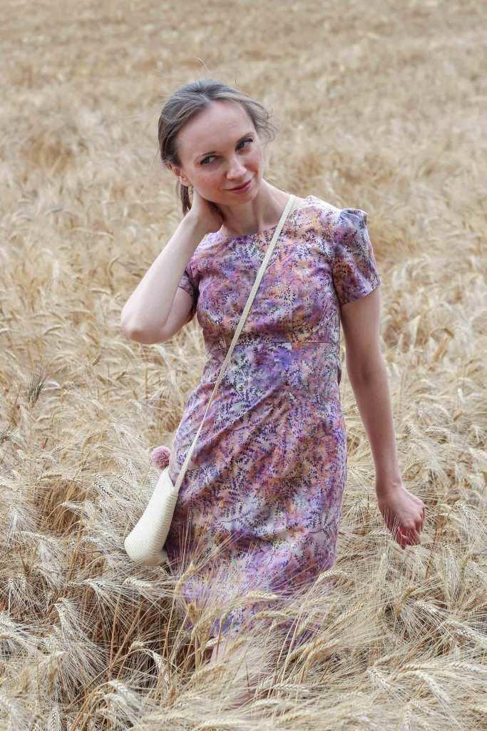 Kurzes Baumwollkleid fotografiert im Kornfeld