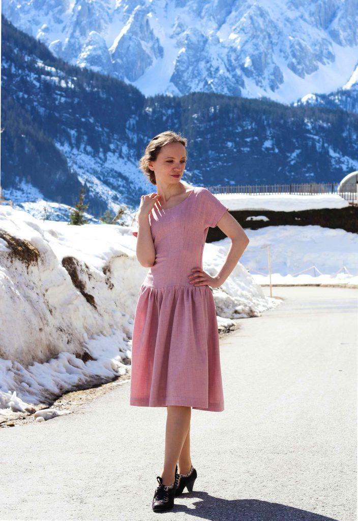 Rosa Vintage Kleid mit weitem Rockteil, tiefe Taille, Schnittmuster Butterick