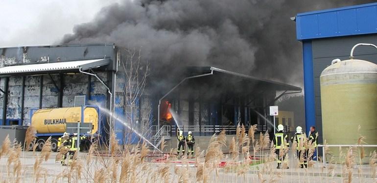 Über 20 Millionen Schaden! - Feuer vernichtet Lagerhalle