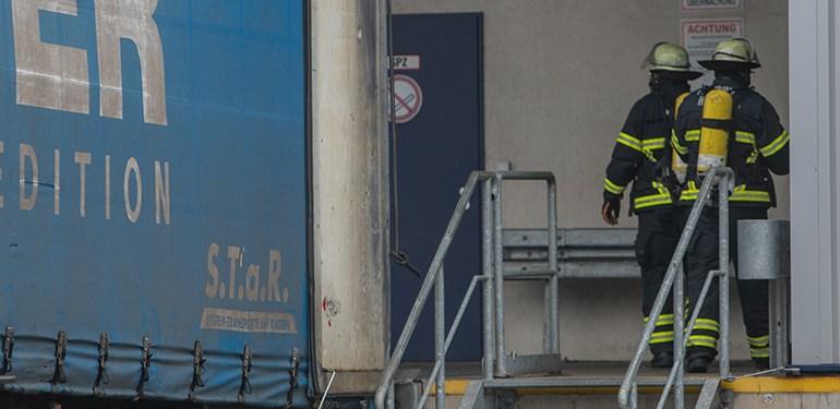 Zwischenfall im Wilhelmsburger Industriegebiet - Palette mit Salpetersäure umgekippt!