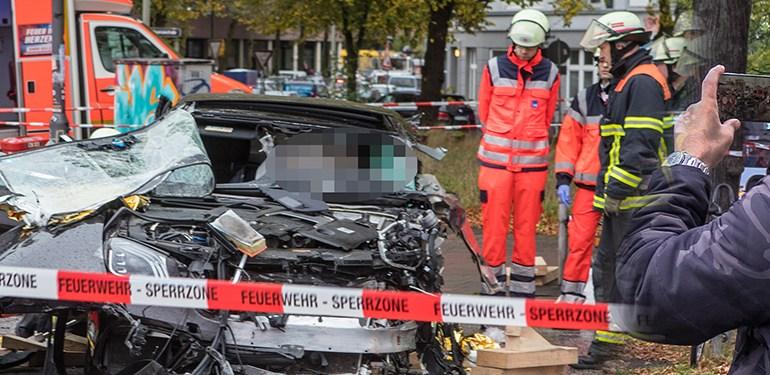 Tödlicher Verkehrsunfall in der Stadt - Passanten fotografieren Unfallwrack!