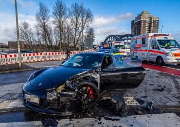 Unfall beim Spurwechsel - Porsche mit Pritschenwagen verunfallt - Hoher Sachschaden