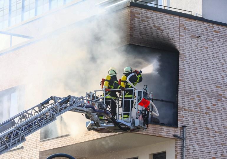 Balkon in Vollbrand - Feuer im Mehrfamilienhaus