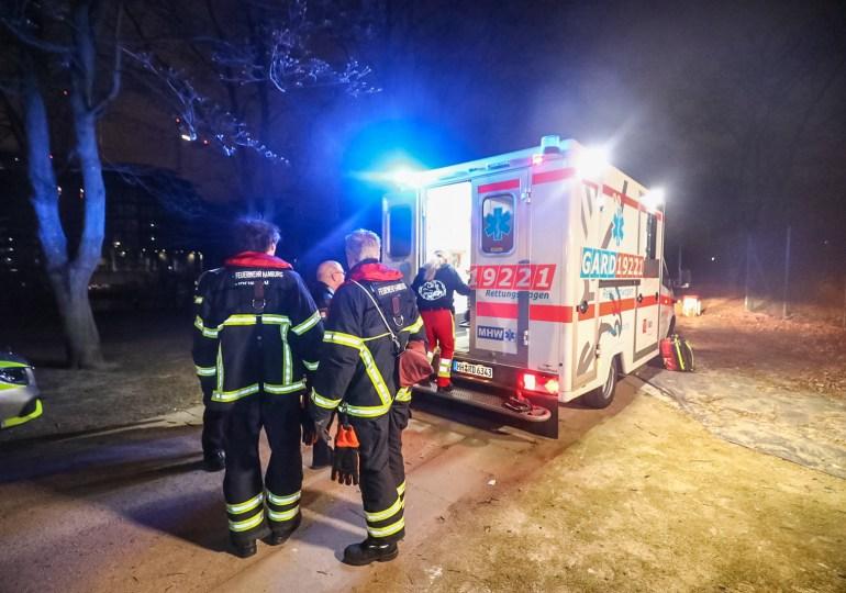 Person fällt ins Wasser und löst Großeinsatz der Feuerwehr aus