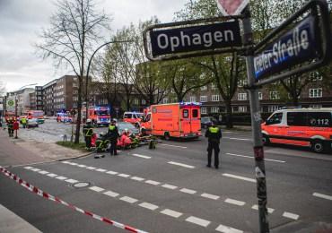 Mercedes rast in Fußgängergruppe! - 4 verletzte Personen