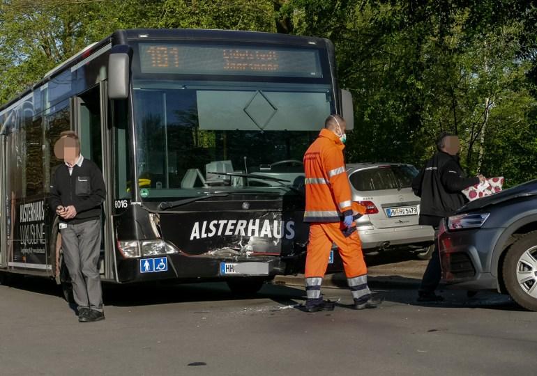 Audi kracht frontal in Linienbus! - 1 leicht verletzte Person