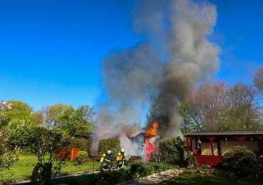 Feuer vernichtet Gartenlaube in Hamburg/Steilshoop