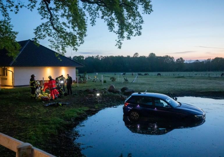 Frau flüchtet in BMW nach Unfall und verunfallt selbst