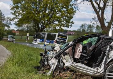 Tödlicher Verkehrsunfall - PKW kracht frontal in Linienbus