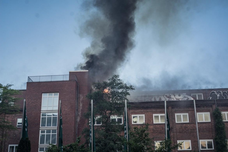 Großfeuer! – Feuerwehr löscht Feuer im Dachbereich – Ein Feuerwehrmann verletzt!