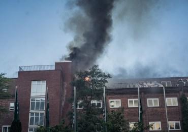 Großfeuer! - Feuerwehr löscht Feuer im Dachbereich - Ein Feuerwehrmann verletzt!