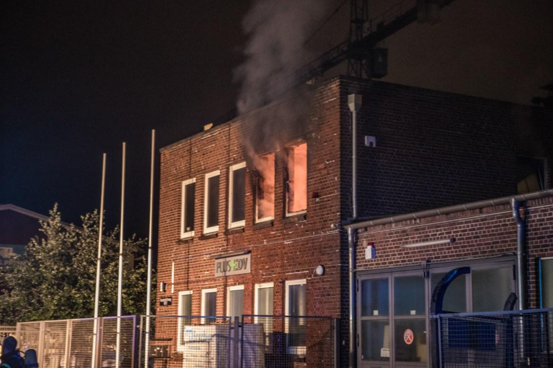 Flammen am Fenster – Feuerwehr Hamburg löscht Zimmerbrand in Wohn- und Geschäftshaus