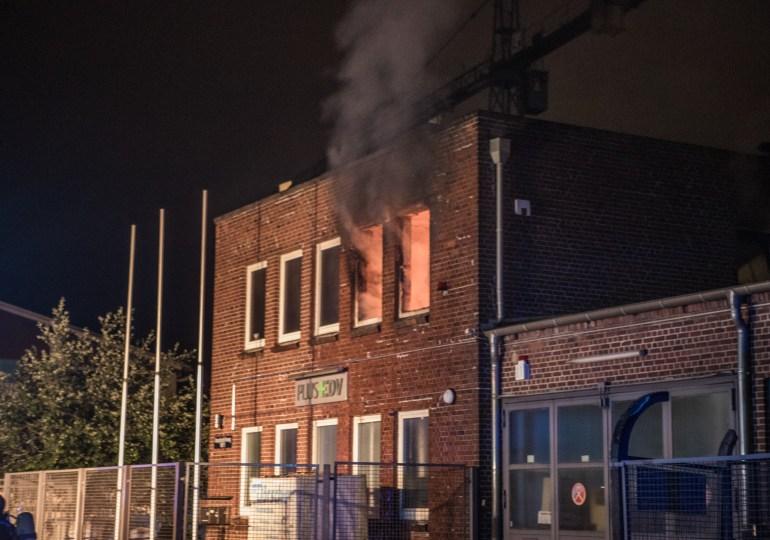 Flammen am Fenster - Feuerwehr Hamburg löscht Zimmerbrand in Wohn- und Geschäftshaus