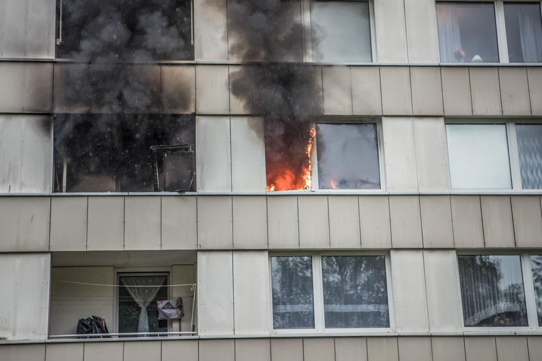 Feuer in Hochhaus – Bewohner rettet vierjährigen Jungen aus Brandwohnung