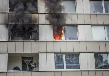 Feuer in Hochhaus - Bewohner rettet vierjährigen Jungen aus Brandwohnung