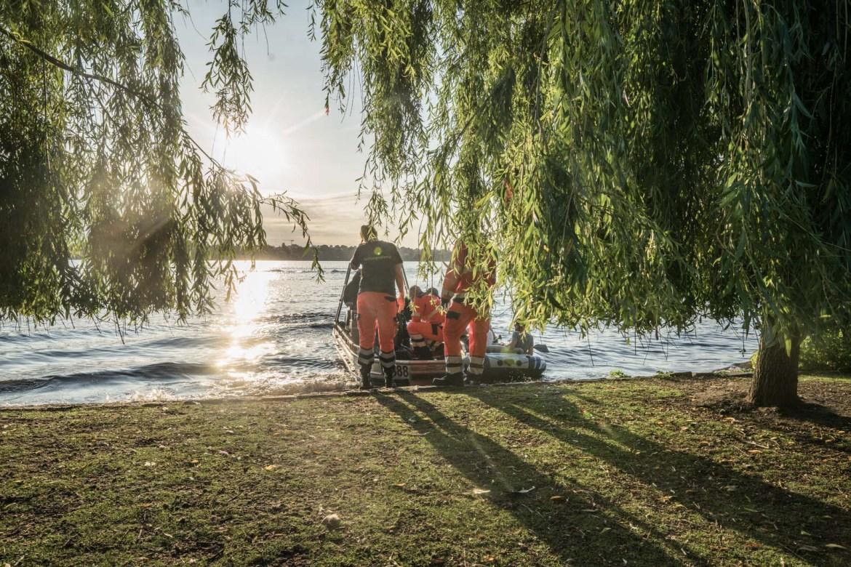 Tretboot gekentert – Vier Jugendliche im Schlauchboot ziehen Tretbootbesatzung aus der Alster