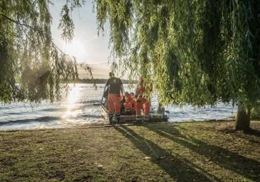 Tretboot gekentert - Vier Jugendliche im Schlauchboot ziehen Tretbootbesatzung aus der Alster