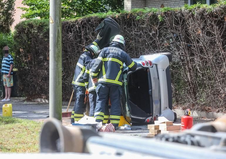 Schwerer Verkehrsunfall - Fahrerin verliert Kontrolle über ihr Auto und landet auf der Seite