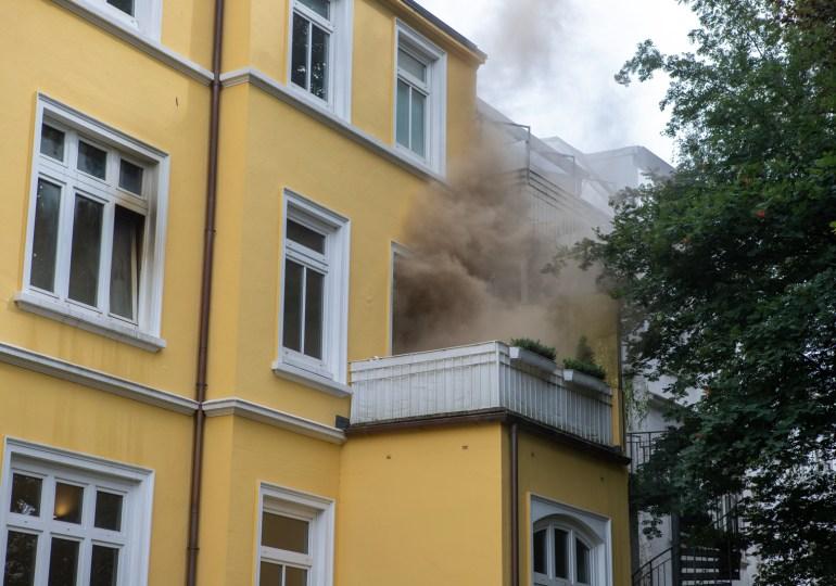 Zimmerbrand in Eilbek - Feuerwehr löscht brennendes Bett