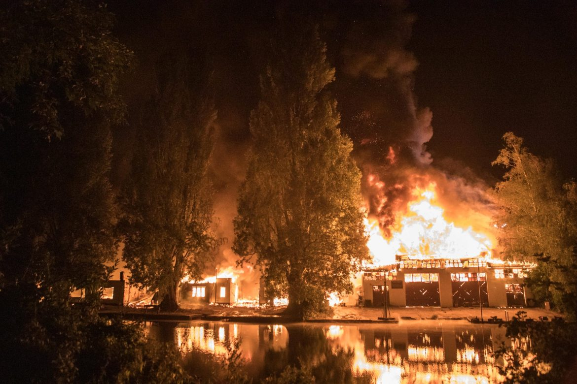 Flammeninferno in Winterhude – Bootswerft am Goldbekkanal in Flammen