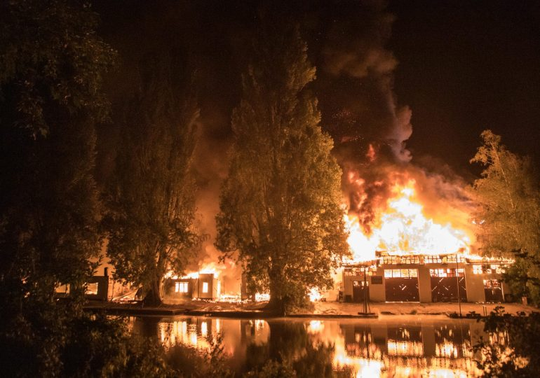 Flammeninferno in Winterhude - Bootswerft am Goldbekkanal in Flammen