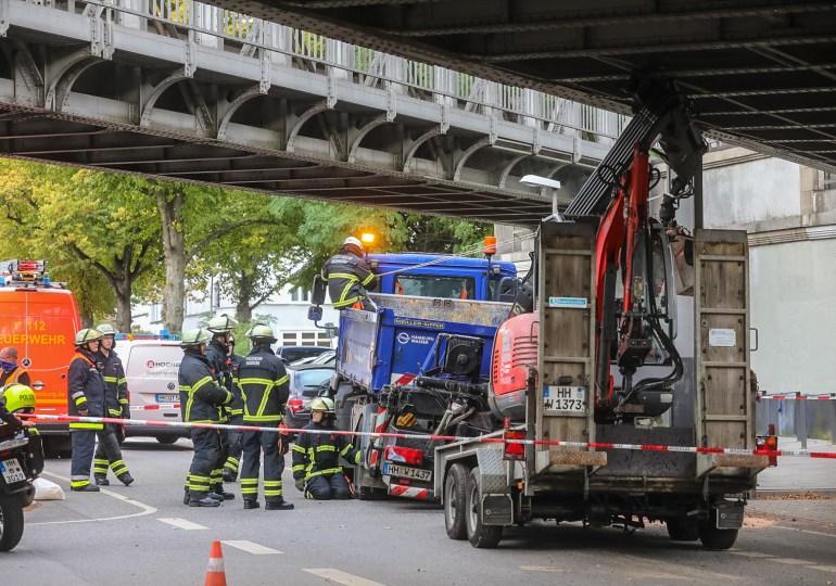 LKW fährt U-Bahnbrücke an - Streckensperrung und aufwändige Bergung