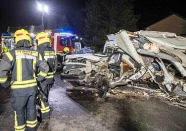 Schwerer Unfall bei Hamburg: Fahrer lebensgefährlich verletzt! - Wohnmobil kracht in Trecker