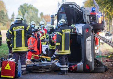 PKW auf Seitenstraße verunglückt -46-jährigeAutofahrerin durch Feuerwehr befreit