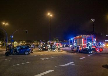 Verkehrsunfall am Glockengießerwall - Feuerwehr Hamburg rettet schwer Verletzten aus Fahrzeugwrack