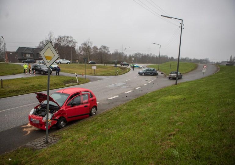 Schwerer Unfall auf dem Schweenssand-Hauptdeich in Hamburg-Neuland
