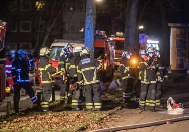 Feuerwehr rettet drei Personen-Feuer im Mehrfamilienhaus