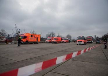 Person in die Elbe gestürzt, Passant versucht noch zu helfen!