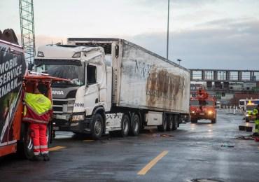 Schwerer Verkehrsunfall auf der A7 hinter dem Elbtunnel - LKW kippt um!