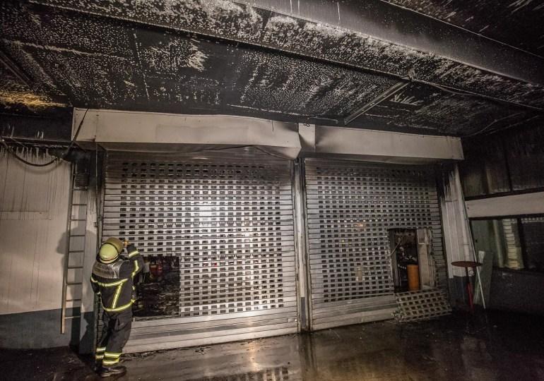 Feuer in einem Gewerbekomplex - Feuerwehr kann übergreifen der Flammen verhindern