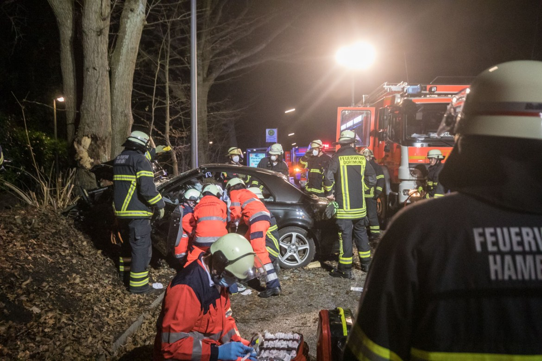 Schwerer Verkehrsunfall in Hamburg-Farmsen – BMW kracht nach Überholmanöver gegen Baum.