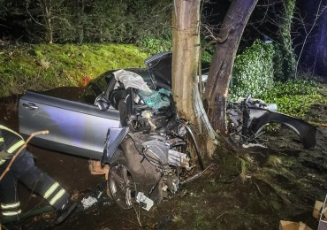 PKW kracht gegen Baum, Fahrer stirbt im Fahrzeug-Beifahrer nur bedingt ansprechbar