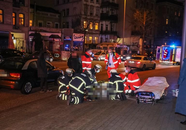 Fußgänger von Fahrzeug erfasst und schwer verletzt-Erwollte die Straße überqueren
