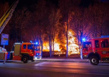 Bootsverleih in Vollbrand - Feuerwehr kann ein ausbreiten der Flammen verhindern
