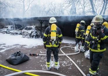 Großbrand in Bergedorf - Carport und Fünf Fahrzeuge brennen