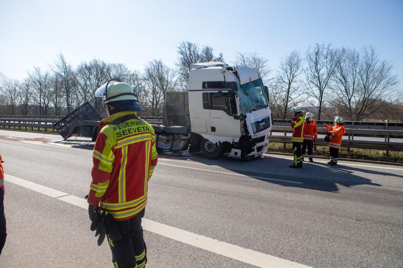 Schwerer Unfall sorgt für A7 Sperrung – LKW kracht in Stauende