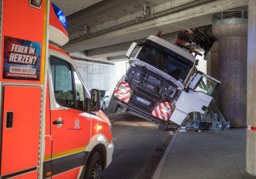 Brummi verkeilt sich unter Autobahnbrücke - LKW Fahrer verletzt.