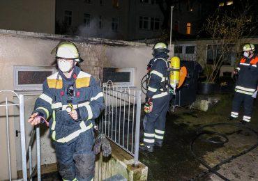 Mülltonne an einer Hauswand in Flammen! - Feuerwehr kann übergreifen auf Wohnhaus nur knapp verhindern