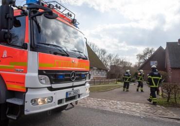 Feuer in Hamburg-Billwerder - Feuerwehr löscht Zimmerbrand