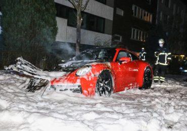 Neider? - nagelneuer Porsche abgebrannt, Polizei sichert Spuren