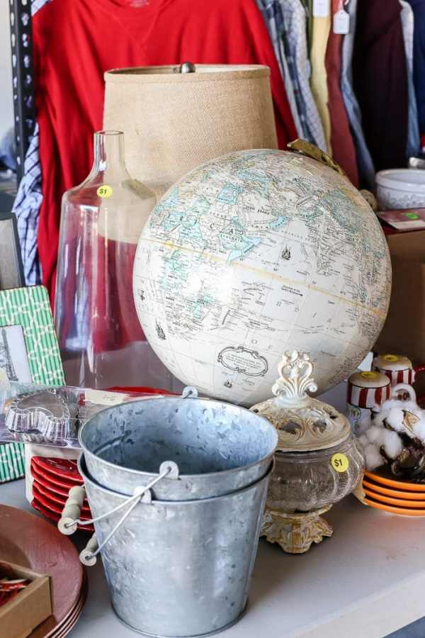Tried and true ways to decorate and refresh your home completely for free (and maybe even make a little money in the process). #decorating #homedecor #budgetdecor How to have a successful garage sale