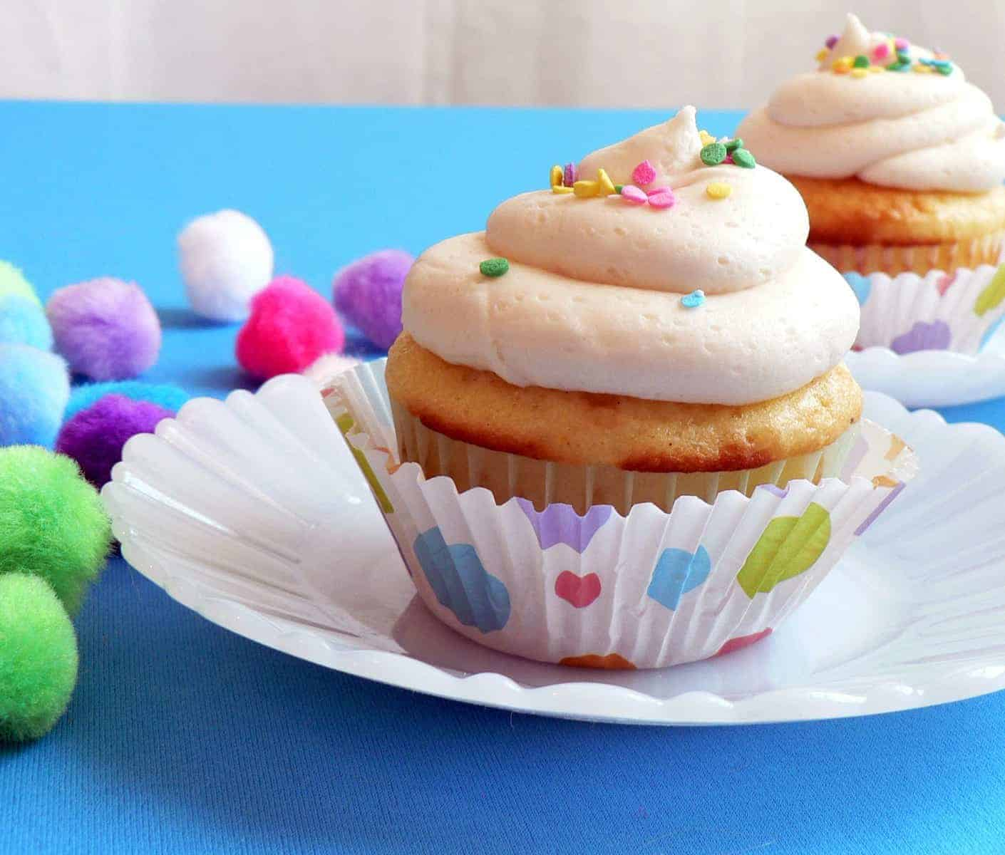 Classic buttercream icing for cupcakes, easy vanilla butter cream, thick and creamy icing for cupcakes, how to frost cupcakes, best cupcake frosting